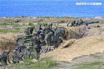 漢光卅五號演習於屏東滿豐射擊場實施,圖為M110A2自走砲從掩護場奪出。〔記者林士傑/屏東拍攝〕