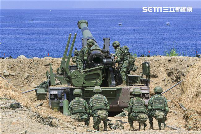 漢光卅五號演習於屏東滿豐射擊場實施,圖為由9名女性官兵編組而成的砲兵班。〔記者林士傑/屏東拍攝〕