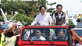 賴清德車隊遊行展開前行政院長賴清德(車上站者左)展開「壯大台灣車隊遊行」,車隊9日下午抵達台南市灣裡萬年殿,受到支持者熱烈歡迎。中央社記者楊思瑞攝  108年6月9日