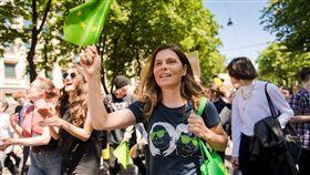 綠黨歐洲議會議員魏納奧地利名廚魏納(Sarah Wiener)成功當選歐洲議會議員,圖為她5月31日在維也納參加「週五為未來而戰」(Fridays for Future)示威,呼籲政府採取行動對抗地球暖化。(圖取自facebook.com/sarahwienerofficial/)中央社記者林育立柏林傳真  108年6月9日
