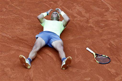 ▲納達爾拿下生涯第12座法網男單冠軍盃。(圖/美聯社/達志影像)