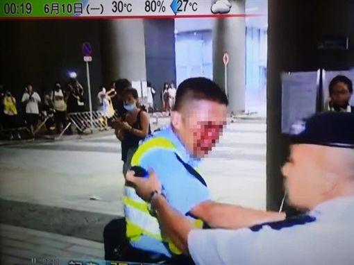 香港反送中遊行,有警察滿臉鮮血。(圖/翻攝自《香港突發事故報料區》)