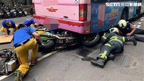 台北市張姓男子騎乘重機車撞上前方公車車底(翻攝畫面)