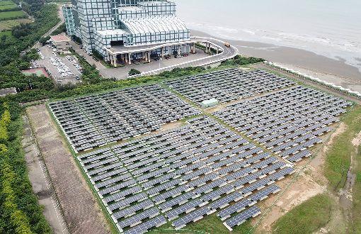 竹市推校園太陽能發電 減碳效益高新竹市政府產業發展處長吳甲天表示,市府自106年起在29所高中、國中、小,以及公有房舍等處設置太陽能光電系統,截至5月底止,設置面積約7公頃,年平均發電量相當於37.8萬棵樹木年減碳量、12.3座大安森林公園一年碳吸附量,為市府帶來約新台幣500多萬元租金收入。(新竹市政府提供)中央社記者魯鋼駿傳真 108年6月10日