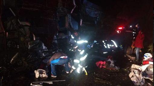 巴西公車翻覆撞數車(圖/翻攝自Rádio CBN/Twitter)