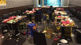 串燒店被用餐移工弄得亂七八糟。(圖/翻攝自爆怨公社)