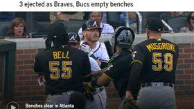 ▲唐納森(Josh Donaldson)挨觸身球怒嗆投手,勇士、海盜板凳清空。(圖/翻攝自MLB官網)