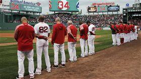 紅襪球員對遊騎兵賽前向「老爹」致敬。(圖/美聯社/達志影像)