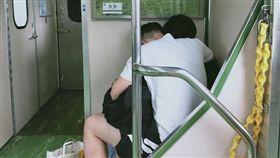小情侶搭火車忘情摳摸 椅墊詭留液體(圖/爆廢公社二館)