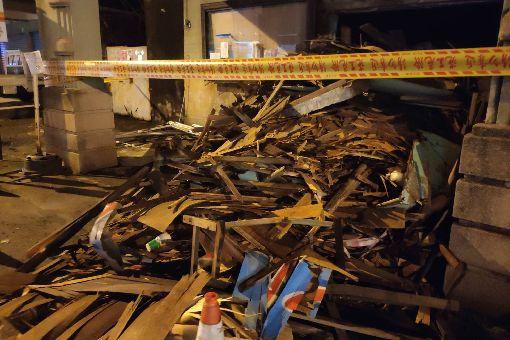 台南麻豆電姬戲院整修建物惹議(2)近日有民眾發現被台南市政府列為歷史建築的麻豆電姬戲院外,堆放了一些廢棄的木構建材及桌椅,擔心文化資產遭到破壞。中央社記者楊思瑞攝  108年6月11日