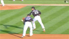 ▲洛磯亞瑞納多(Nolan Arenado)用手套接傳刺殺跑者。(圖/翻攝自MLB官網)