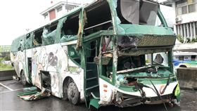 阿羅哈客運肇事車輛拖回國道警察局阿羅哈客運巴士10日深夜發生車禍造成3死11傷,肇事的客運巴士已被拖回國道公路警察局第3大隊員林分隊。中央社記者吳哲豪彰化攝  108年6月11日