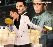 梁家輝因拍「追龍II賊王」的戲吃了三箱榴槤,電影公司特別在記者會現場讓梁家輝剝榴槤讓他想逃。(記者邱榮吉/攝影)