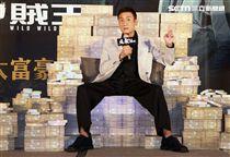 梁家輝出席電影「追龍II賊王」記者會,霸氣帥坐在鈔票椅瀟灑狂噴鈔票,展現史上最強悍匪氣魂。(記者邱榮吉/攝影)