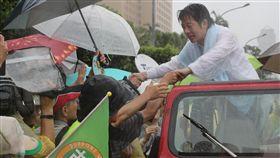 賴清德壯大台灣車隊遊行(3)民進黨總統初選已開始民調,前行政院長賴清德(右)發起「壯大台灣」車隊遊行,11日在台北向市民拜票,支持民眾在雨中與賴清德握手致意。中央社記者張皓安攝 108年6月11日