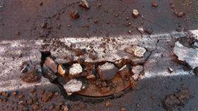 高雄豪雨  路面破損(2)高雄市11日降下滂沱大雨,造成路面破損,高市府水利局指出,連日降雨導致污水管線內沼氣無法順利排出,上衝到人孔蓋,路面不堪強大上衝壓力而爆破。(民眾提供)中央社記者王淑芬傳真  108年6月11日