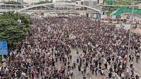香港反修例示威  重演占中模式具爭議的香港逃犯條例修訂草案12日將在立法會二讀,早上有上萬名大學生前往抗議,並從立法會向外擴散到主要幹道夏愨道,重演2014年「占中」模式。許多學生戴上口罩,有備而來。中央社記者張謙香港攝  108年6月12日