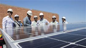 竹市推校園太陽能發電 機會教育能源再利用新竹市政府目前已在29處校園及公有房地建置太陽光電系統,市長林智堅(右3)表示,太陽光電設置不僅讓就學、就業環境有效降溫,屋頂還能成為生態環境展示中心,教育孩子能源再利用的重要性。(新竹市政府提供)中央社記者魯鋼駿傳真 108年6月10日