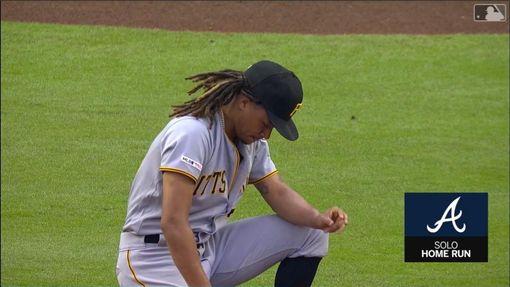 ▲勇士單局2次『背靠背』開轟,阿契(Chris Archer)低頭不語。(圖/翻攝自MLB官網)
