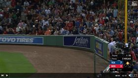 ▲遊騎兵潘斯(Hunter Pence)跑出史上最瞎場內全壘打。(圖/翻攝自MLB官網)