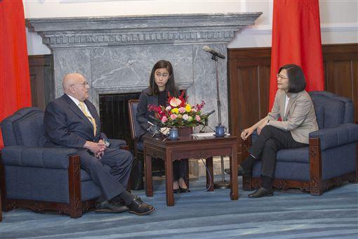 蔡英文總統12日上午接見「2049計畫研究所」學者專家訪問團。(圖/總統府提供)