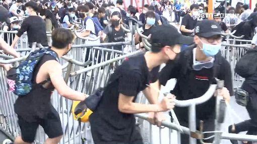 反送中罷課癱瘓街頭 學生拆柵欄擋警
