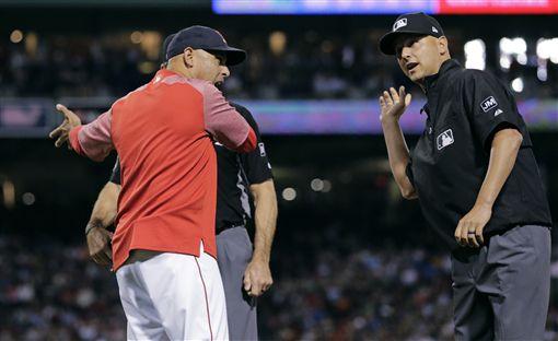▲波士頓紅襪總教練Alex Cora遭到驅逐出場。(圖/美聯社/達志影像)