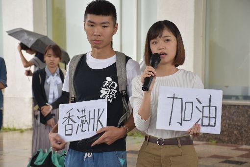 反送中  東華大學聲援香港(2)花蓮東華大學學生會及香港、澳門學生,12日中午在學校發起聲援活動,反對香港政府訂定逃犯條例。香港籍學生文庭山(右)表示,未來結果可能會失敗,但仍要反抗。中央社  108年6月12日