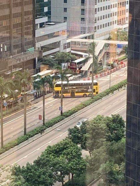 香港反送中連環車禍 阻擋警車進入(圖/翻攝自PTT)