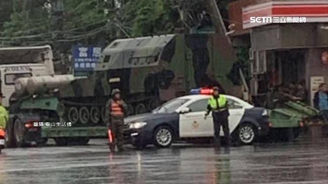 拖板車載裝甲車!轉彎勾倒電線桿 民眾嚇壞:木馬屠城…
