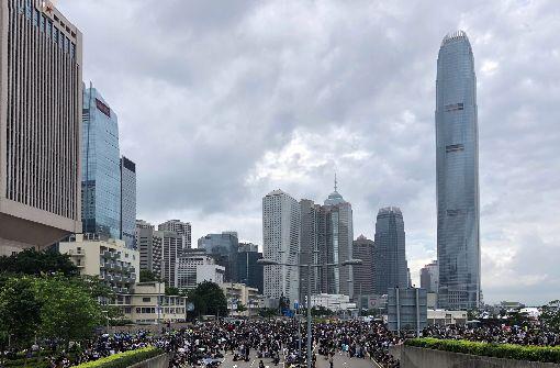 反送中  群眾包圍香港立法會香港9日爆發反送中大遊行,12日又有逾萬名年輕人包圍立法會並占領主要幹道,抗議逃犯條例草案進行二讀。中央社記者王飛華攝  108年6月12日