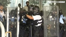 反送中示威衝突,港警朝民眾開槍,圖/翻攝自AP影音
