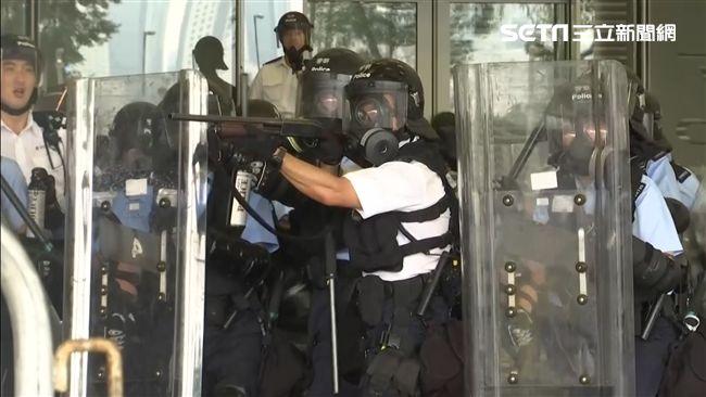 反送中示威升級 民眾狂喊「撤回」!港警開槍施放催淚彈