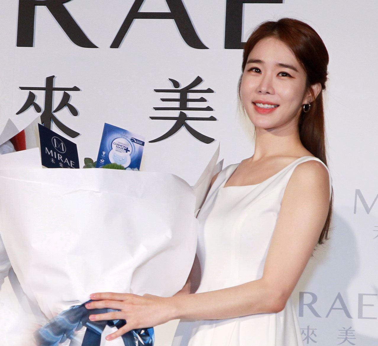 韓國女星劉寅娜跨海來台秀牛奶肌。(記者邱榮吉/攝影)