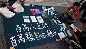 香港僑生罷課 設流動圖書館倡對話香港僑生吳同學12日表示,近年香港政治環境緊縮,言論空間也受限,許多主流書店紛紛自我審查,議題敏感、具批判意識的書本都無法上市。中央社記者沈朋達台北攝 108年6月12日