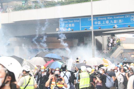 反送中衝突升高  香港警方施放催淚瓦斯(5)香港「反送中」示威衝突升高,警方12日下午在立法會旁,對示威者施放催淚瓦斯,現況情況混亂。中央社記者張謙香港攝  108年6月12日