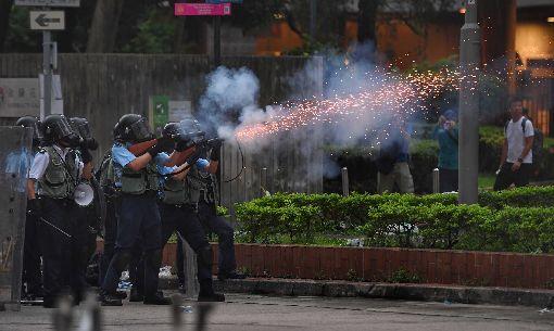 香港警方施放催淚彈 驅離反送中民眾香港反送中示威衝突升高,警方12日下午作法轉為強硬,施放催淚彈驅離抗議民眾。中央社記者王飛華攝 108年6月12日
