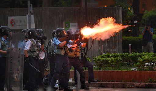 香港反送中 港警發射催淚彈驅離民眾(1)香港12日因為逃犯條例修訂草案二讀,大量民眾聚集抗議,警方午後作法轉趨強硬,下午4時後陸續向民眾發射催淚彈,抗議群眾則往周邊區域移動。中央社記者王飛華攝 108年6月12日