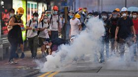 香港反送中 港警發射催淚彈驅離民眾(2)香港12日因為逃犯條例修訂草案二讀,大量民眾聚集抗議,警方下午4時後陸續向民眾發射催淚彈意圖驅離,部分穿戴護具的抗議民眾想撿起催淚彈。中央社記者王飛華攝 108年6月12日