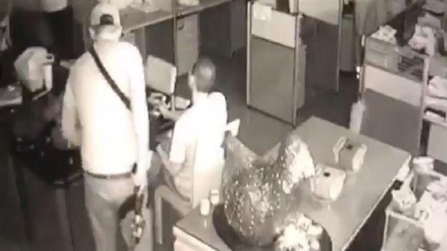 桃園長短槍挾持車行 內部監視器曝光 6人質貼牆站舉雙手