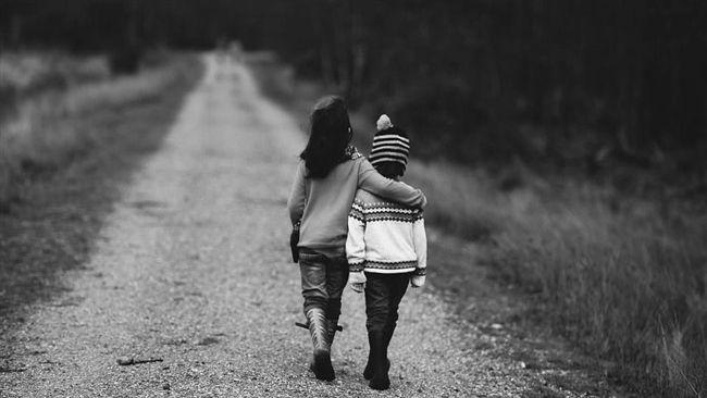 她送小弟弟回家 還幫揹書包!男童媽淚崩:我兒子死很久了