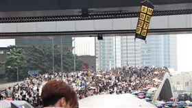 香港反送中示威  掛出要求特首下台布條香港逾萬人12日再次走上街頭,反對逃犯條例修訂草案進入二讀。在示威者占領的區域,民眾掛上布條要求香港行政長官林鄭月娥下台。中央社記者張謙香港攝  108年6月12日