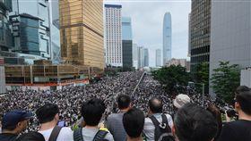香港反送中 群眾占據金鐘地區香港9日爆發反送中大遊行後,12日上午起又有逾萬名年輕人包圍立法會並占領主要幹道,金鐘地區午後更是塞滿抗議人潮。中央社記者王飛華攝 108年6月12日