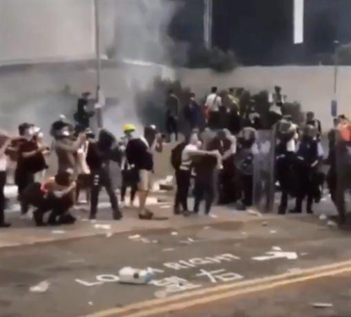 送中條例,反送中,港警,鎮壓,催淚彈,香港https://twitter.com/tropicalvoid