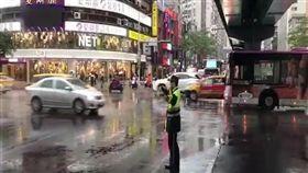 台北市大安分局員警不畏豪雨堅守崗位。(圖/大安分局提供)