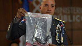 多明尼加警方秀出老爹槍擊案作案槍枝。(圖/美聯社/達志影像)