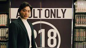 山田孝之飾演《AV帝王》村西透波。(圖/翻攝自YouTube)
