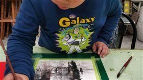 金門學童楊宸安  水彩畫國際名師驚豔10歲的金門小學生楊宸安(圖),在父親水彩畫家楊文斌耳濡目染下,展現成熟繪畫天分。他從7歲起和父親到處寫生作畫。創作時神情專注,一坐就是2、3小時。(楊文斌提供)中央社記者黃慧敏傳真  108年6月12日