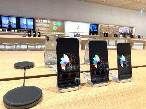 蘋果新直營店展示iPhone蘋果公司(Apple)在台第2家直營店「Apple信義A13」13日舉辦媒體預覽活動,店內展示包含iPhone等超過200種商品。中央社記者吳家豪攝  108年6月13日