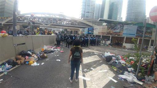 香港媽媽12日面對全副武裝的鎮暴港警毫無懼色,聲嘶力竭地對員警喊話:「我不想這裡變成天安門廣場!」(圖/翻攝自Tsang Chi Ho臉書)